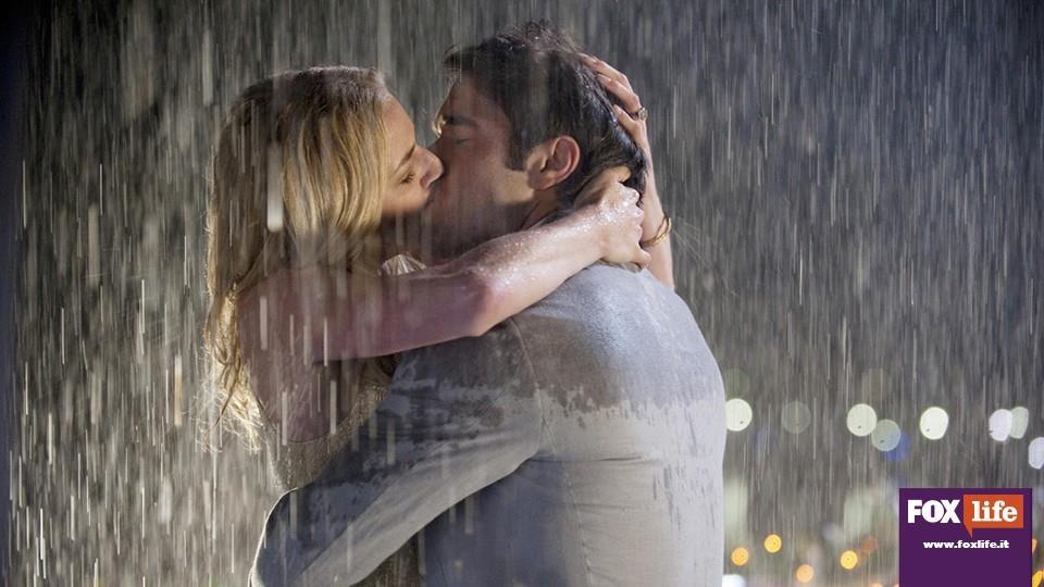 La proposta di matrimonio sotto la pioggia, nel posto dove si conobbero.