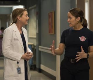 Meredith e Andy nella foto del crossover tra Grey's Anatomy e Station 19