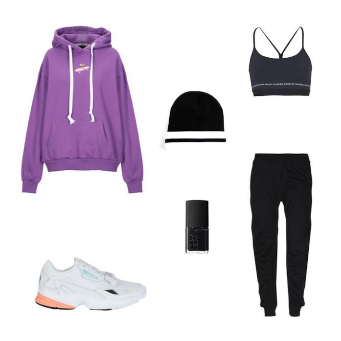 Outfit per un concerto rap composto da sneakers chunky, felpa, smalto nero, tuta e bra