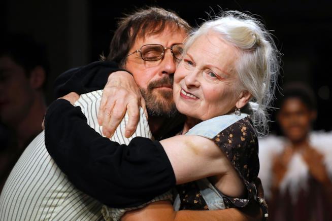Andreas Kronthaler abbracciato a Vivienne Westwood