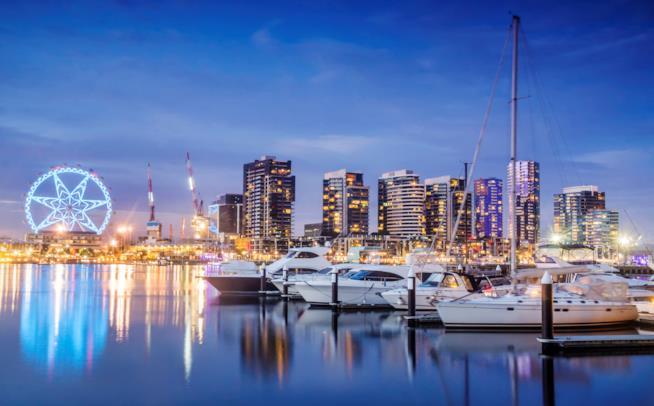 Panoramica del porto con le barche in primo piano e sullo sfondo la città