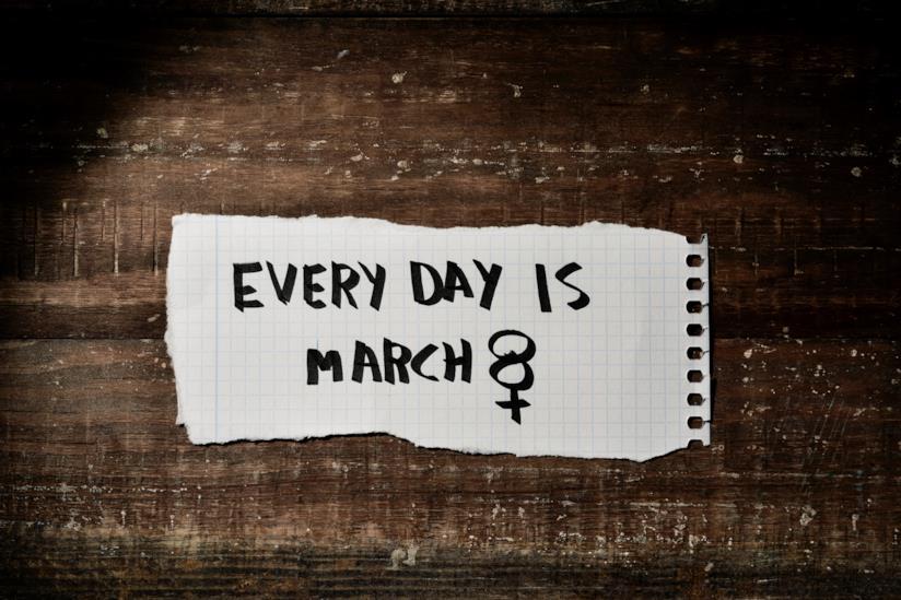 Fogliettino con la scritta che è ogni giorno l'8 marzo