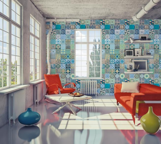 Parete di un soggiorno moderno rivestita con carta da parati a ispirazione azulejos