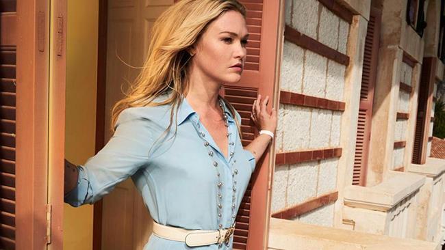 Julia Stiles in una scena di Riviera mentre si affaccia al balcone
