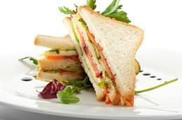 Club sandwich ripieno di salmone e verdure