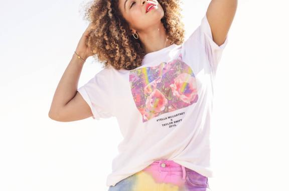 Una delle t-shirt della collezione Stella McCartney per Taylor Swift