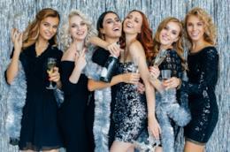 Gruppo di ragazze con diversi outfit da festa
