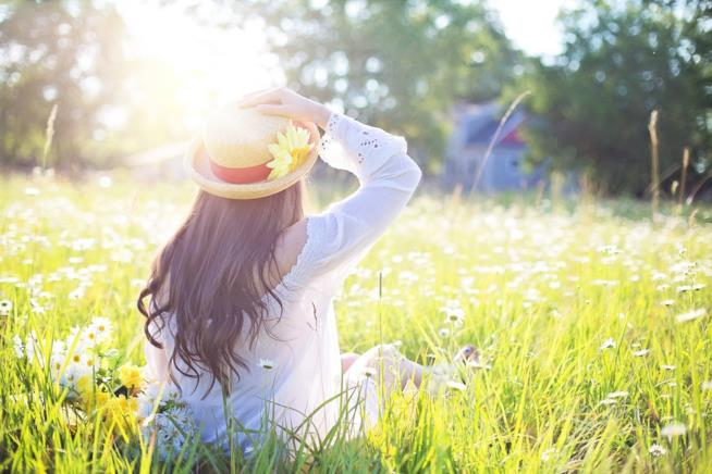 Donna che indossa un cappello per proteggersi dal sole.