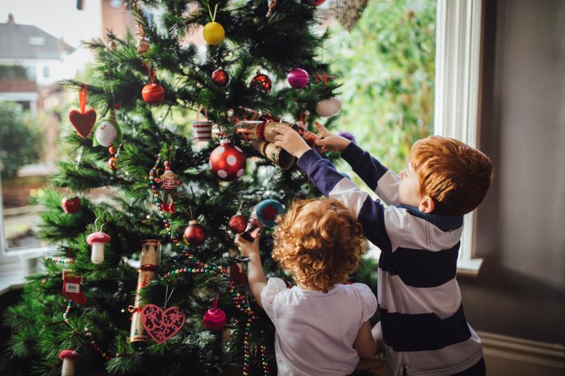 Bambini Che Scartano I Regali Di Natale.La Magia Del Natale Nelle Tradizioni Con I Bambini
