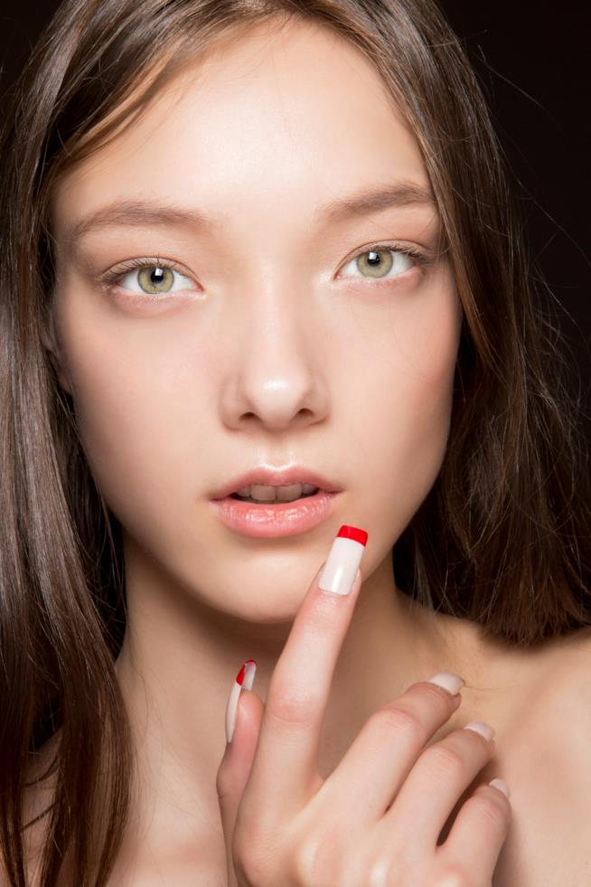 Nail art semplice bianca e rossa