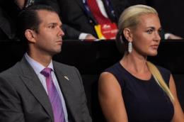 Donald Trump Jr seduto accanto alla moglie Vanessa