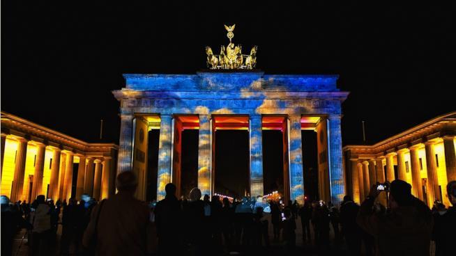 Vista della Porta di Brandeburgo di notte