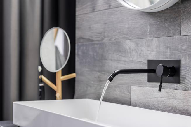Rubinetto miscelatore nero a parete per lavabo del bagno