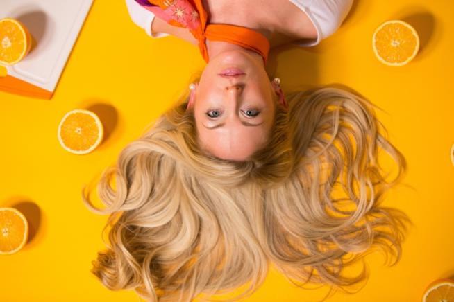 Ragazza con lunghi capelli biondi