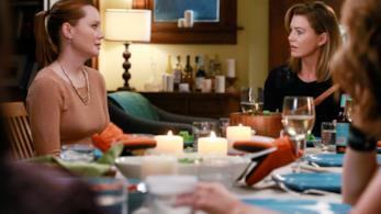 Meredith e Penny, sedute a tavola, si guardano con rabbia e imbarazzo