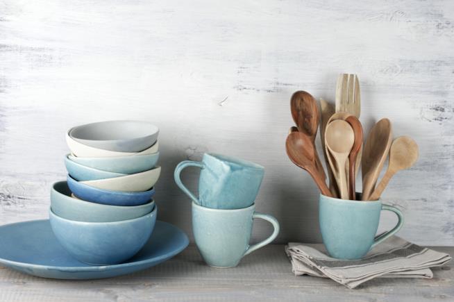 tazze, ciotole e piatti in ceramica dai colori pastello