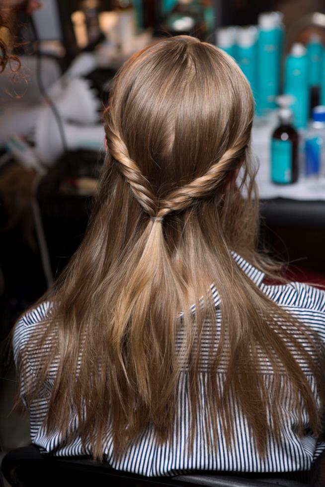Ragazza con capelli lisci e lunghi