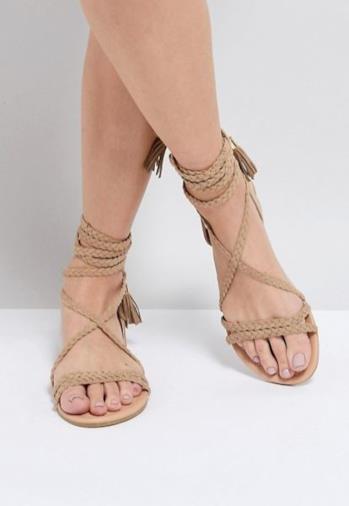 Sandali bassi intrecciati con allacciatura alla gamba
