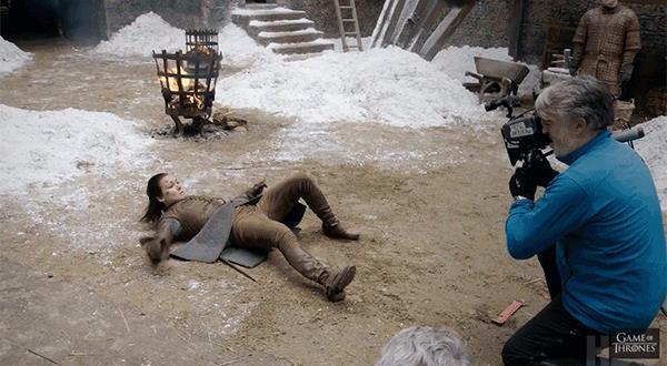 La controfigura di Arya che si rialza da terra