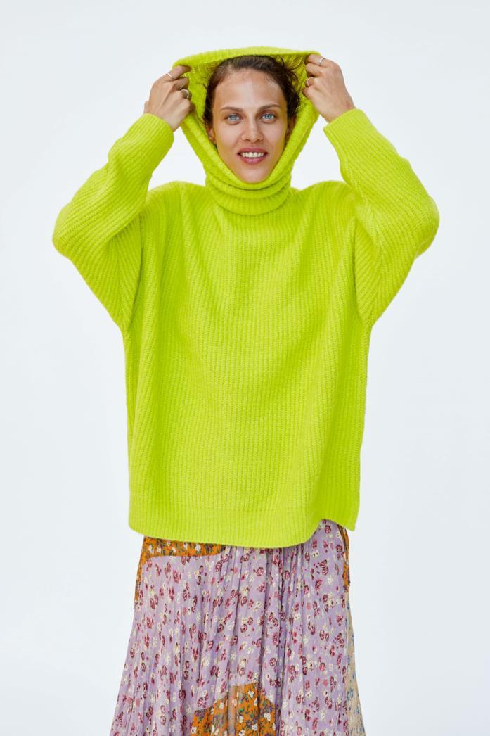 Maglione di Zara oversize con collo alto che può diventare un cappuccio