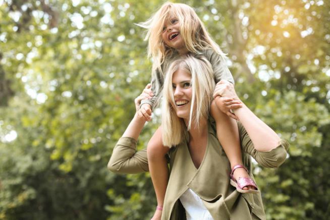 Una manna porta sulle spalle la figlia piccola