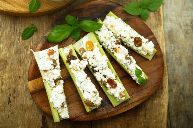 Verdura cruda ripieno di formaggio