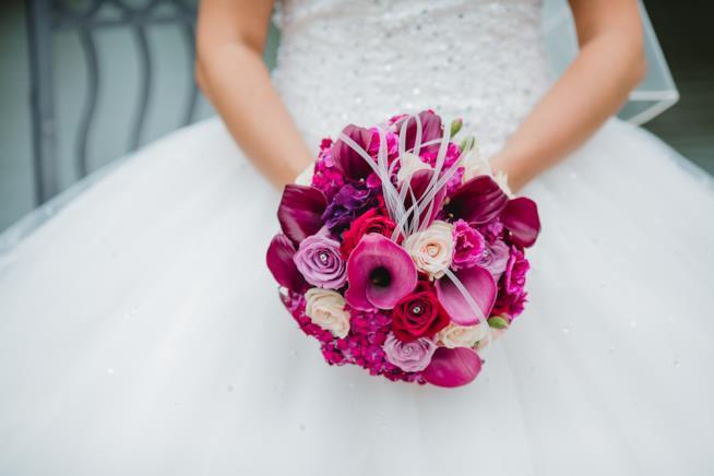 Sposa con bouquet con fiori viola