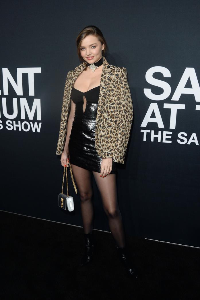 Miranda Kerr con miniabito in pelle nera con giacca animalier