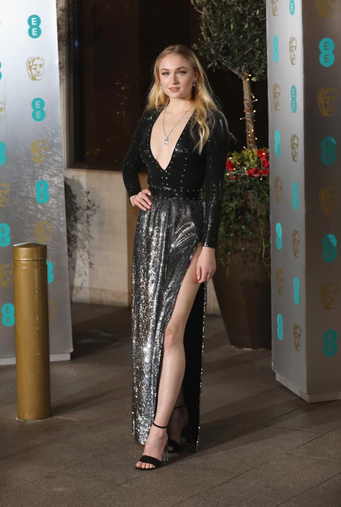 Sophie Turner sceglie un abito dai riflessi metallizzati con maxi spacco