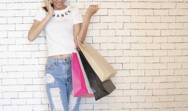 una ragazza con buste delle compere