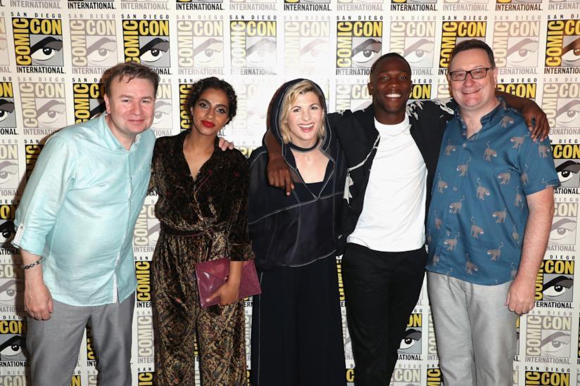 Jodie Whittaker con Chris Chibnall, Mandip Gil, Tosin Cole e Matt Strevens