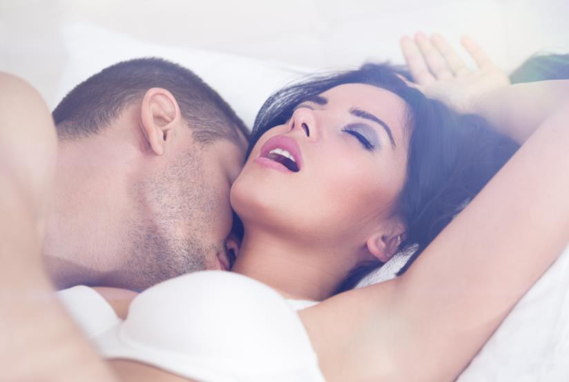 Una scena hot con un uomo e una donna a letto