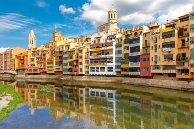 Le pittoresche case di Girona lungo il fiume