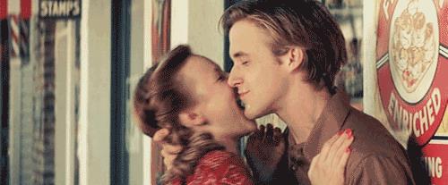 Allie e Noah che si baciano e ridono