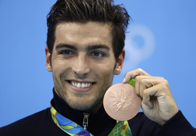 Gabriele Detti sorride sul podio