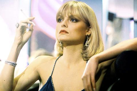 Elvira di Scarface fuma una sigaretta