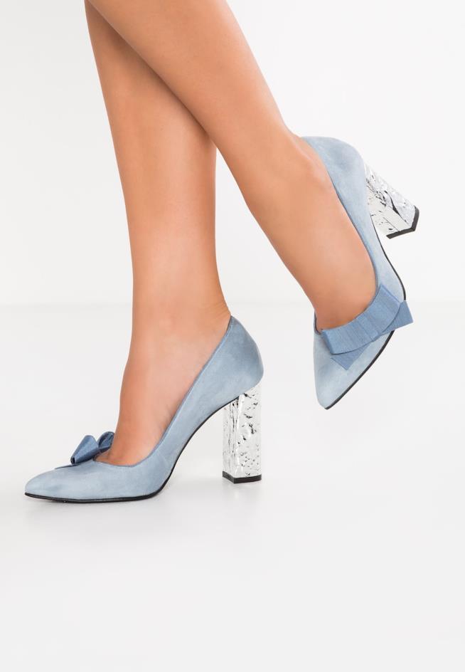 Scarpe azzurre con i tacchi personalizzati e fiocchi