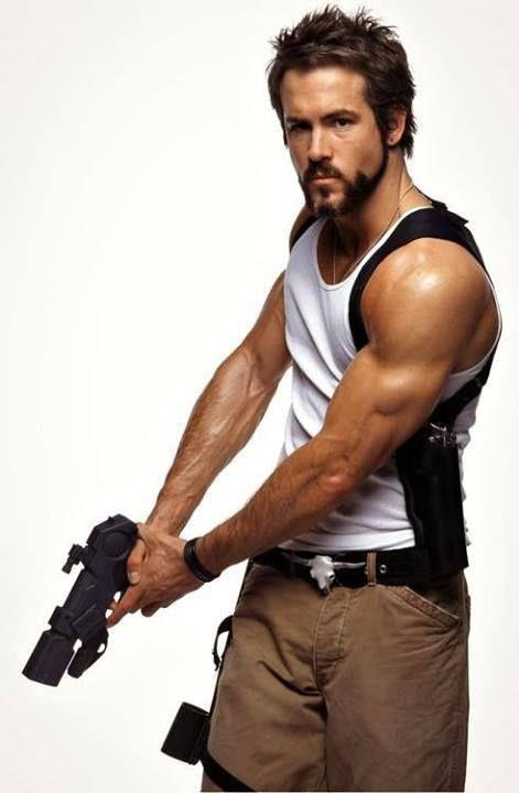 Ryan Reynolds inpugna una pistola in una scena del film Blade Trinity