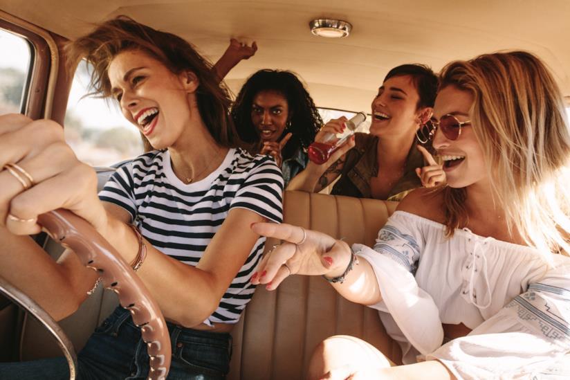 Amiche in macchina.