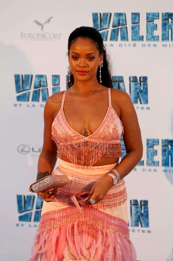 Rihanna sfoggia il suo fisico curvy alla première di Valerian