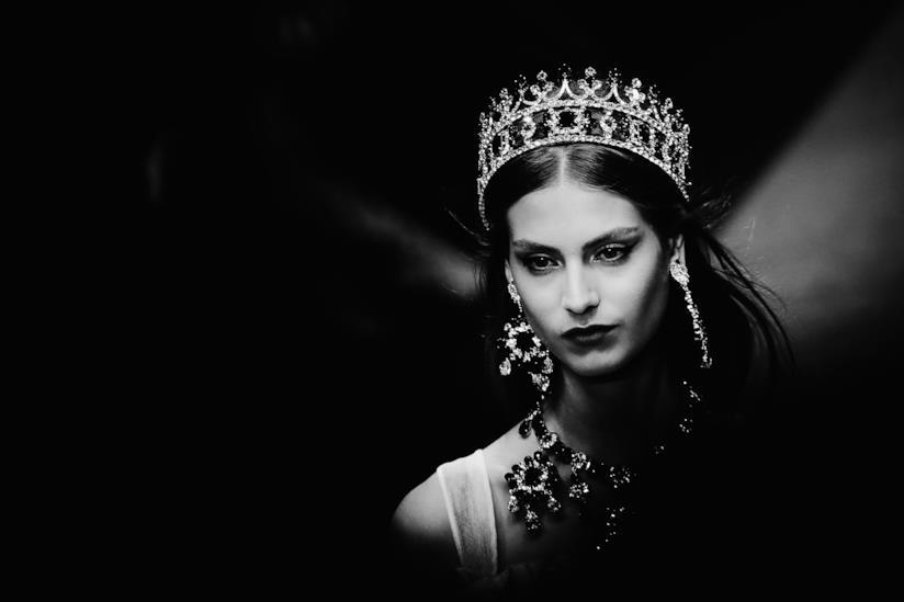 Modella con corona nella sfilata di Dolce & Gabbana