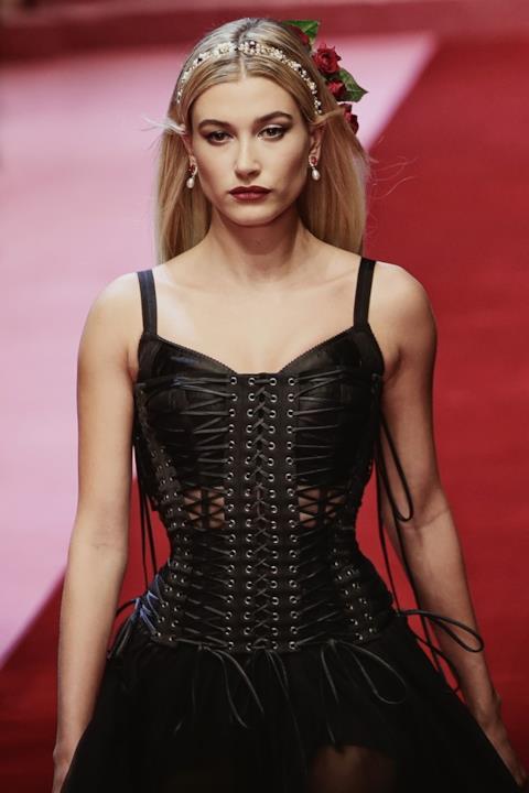Un outfit black nella sfilata Dolce & Gabbana