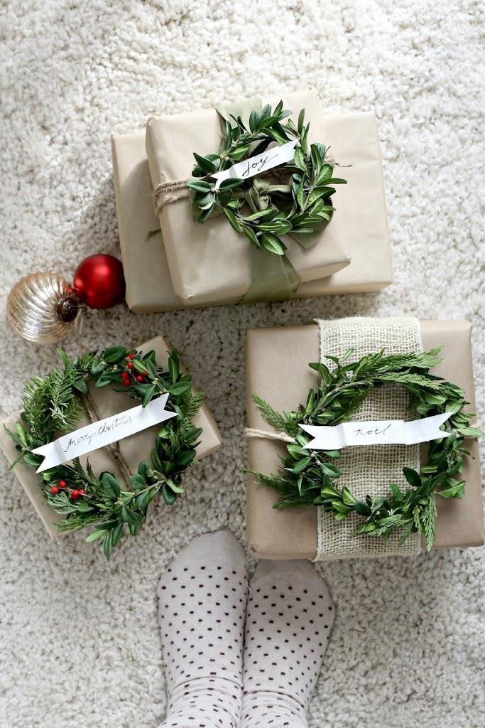 I pacchetti finiti decorati con vischio e alloro