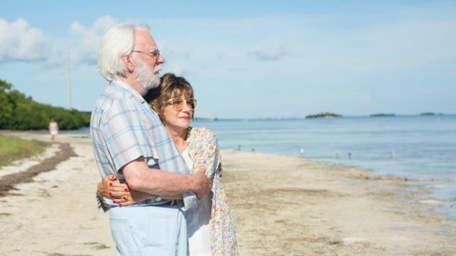 Ella e John in riva al mare, in un scena del nuovo film di Paolo Virzì