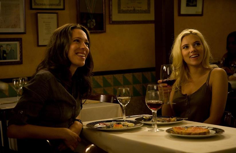 Rebecca Hall e Scarlett Johansson in una scena di Vicky Cristina Barcelona