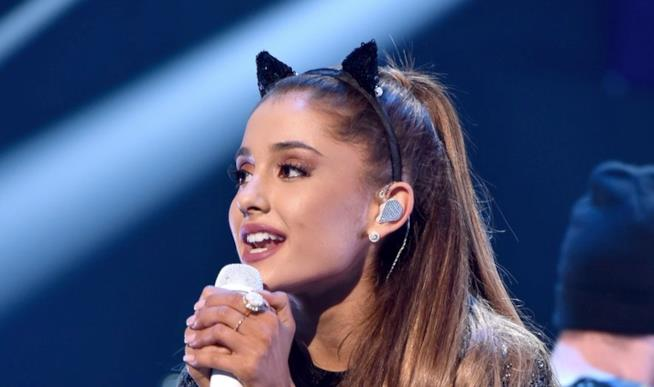 Un primo piano di Ariana Grande con le orecchie di gatto