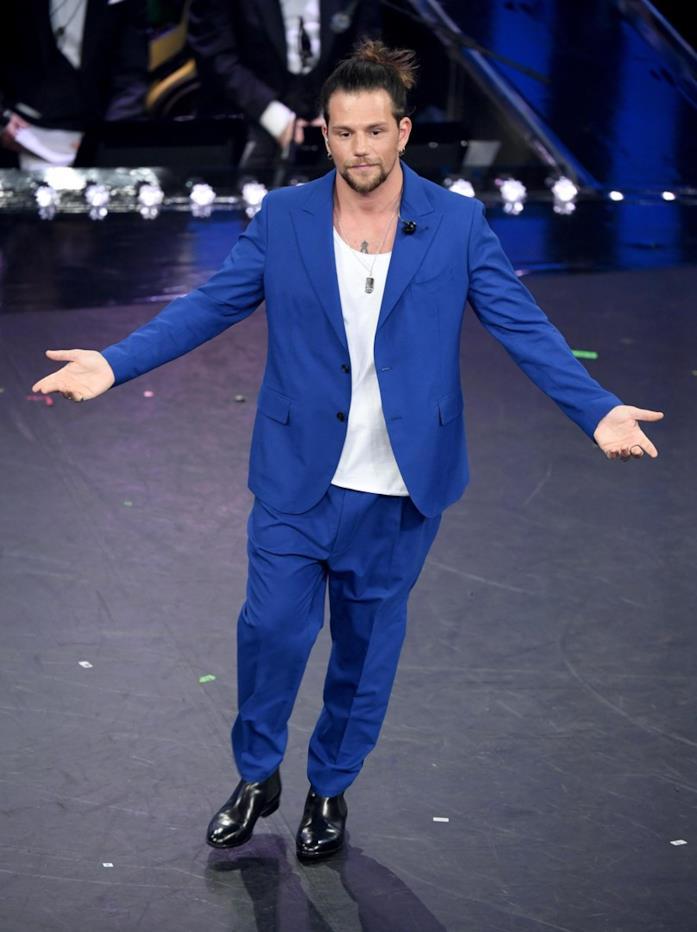 Enrico Nigiotti con un completo giacca e pantaloni