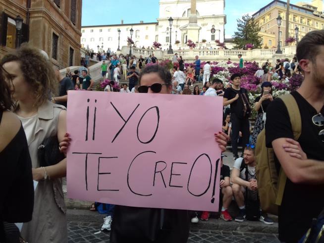 """Una ragazza mostra la scritta """"Yo te creo"""""""