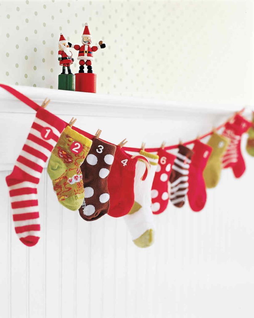 Calendario dell'avvento realizzato con calzini spaiati