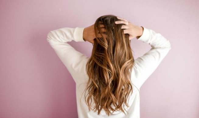 Ragazza con capelli sciolti